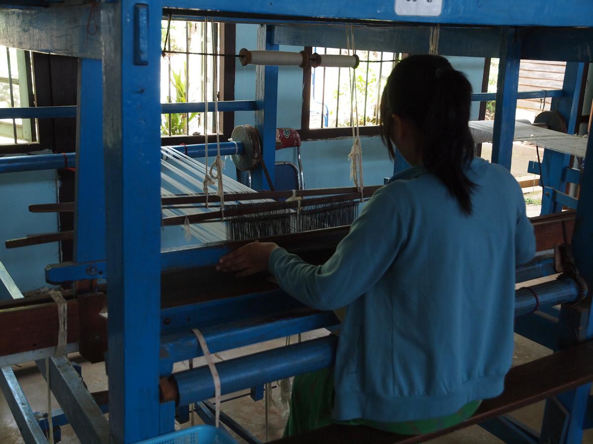 ミャンマーのとある工場で生地を織る女性